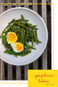 wit bord met sperziebonen met rode druppels sriracha en twee halve eieren. Daaronder de woorden sperziebonen bakken, superlunch met groente