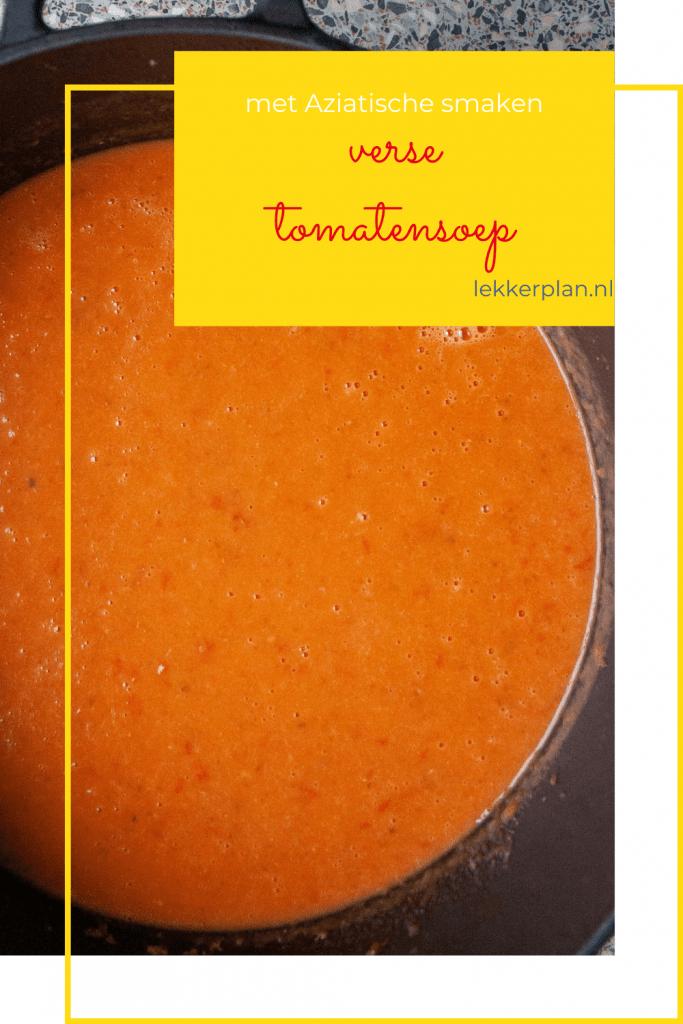 Afbeelding op pinterest formaat van een zwarte pan met oranje romige tomatensoep. In de rechter bovenhoek een geel tekstvak met de woorden verse tomatensoep met Aziatische smaken