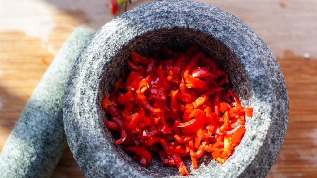 Vijzel met reepjes rode peper erin