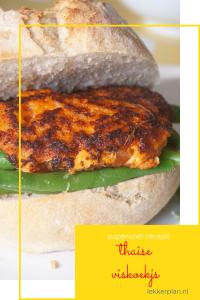 een oranje-bruine visburger op een broodje. Eronder een tekstvak met de woorden Thaise viskoekjes supersnel recept