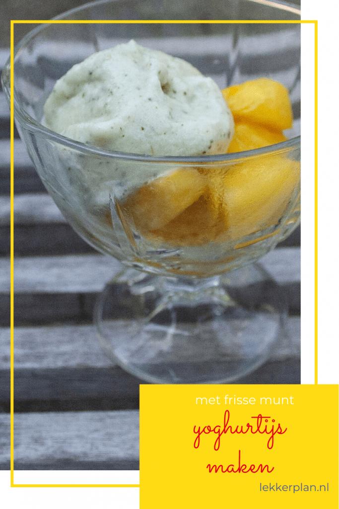 Afbeelding op pinterest formaat van glas met bolletjes wit ijs met groene spikkels. Eronder een geel tekstvak met de tekst yoghurtijs maken met frisse munt.