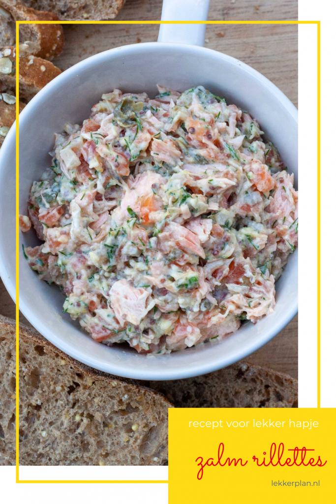 Close-up van wit bakje met roze stukjes zalm met wat witte saus en groene snippers dille