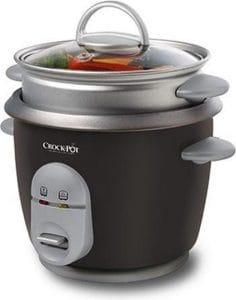 Crockpot rijstkoker: kleine rijstkoker met matzwart lichaam en zilverkleurige uitsteeksels en bedieningspaneel. Ook de stoommand die bovenop zit is zilverkleurig.