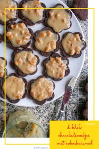 Donkerbruine koekjes met goudkleurige dulce de leche en stukjes pinda erop