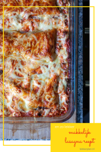 Van boven gefotografeerde schaal lasagna met gebronsde randjes en veel gesmolten kaas