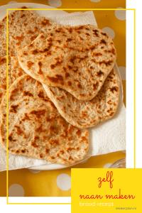 """Stapel naanbroodjes met bruine bakplekjes. Daaronder de tekst """"zelf naan maken, brood recept"""""""