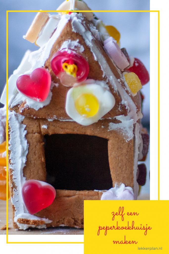 Bruine peperkoekhuisje, uitbundig versierd met klodders icing en snoepjes