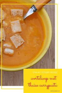 "Kom oranje soep met goudbruine stukjes tofu, met daaronder de woorden ""wortelsoep met Thaise currypasta, snel en simpel recept"""