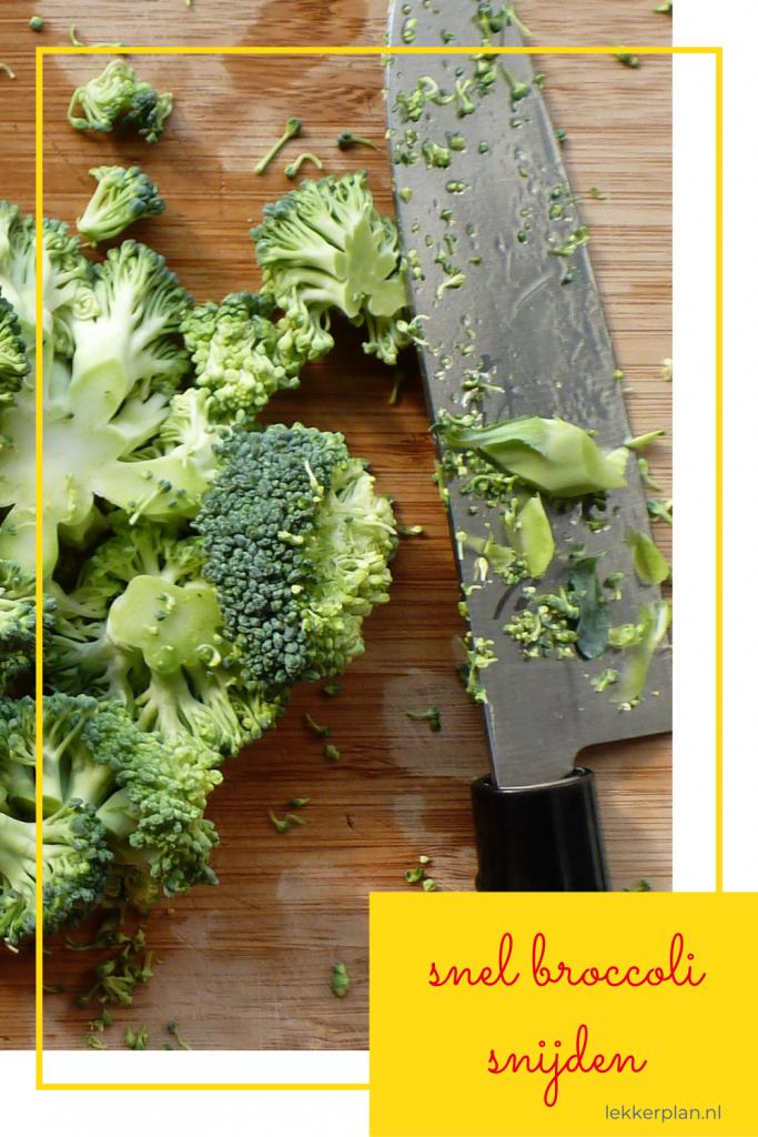 """Bamboe plank met stukjes broccoli en een koksmes. Daaronder een tekstvak met de woorden """"snel broccoli snijden"""""""