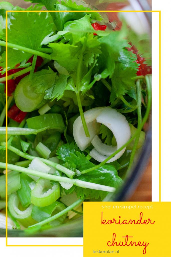 """Close up van groene kruiden en rode peper in maatbeker. Daaronder een tekstvak met de woorden """"koriander chutney, snel en simpel recept"""""""