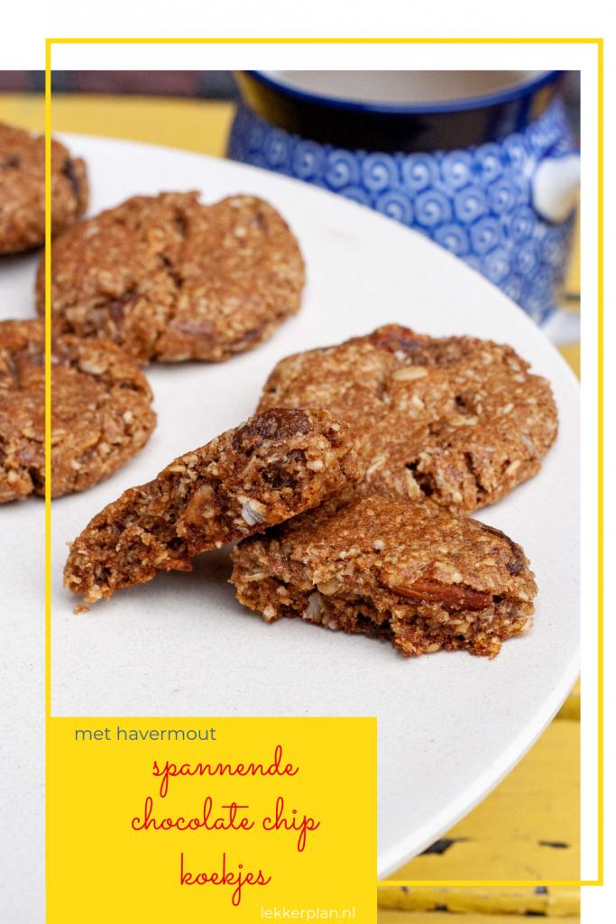 """Twee halve chocolate chip koekjes op een bord met daaronder de tekst """"spannende chocolate chip koekjes met havermout"""""""